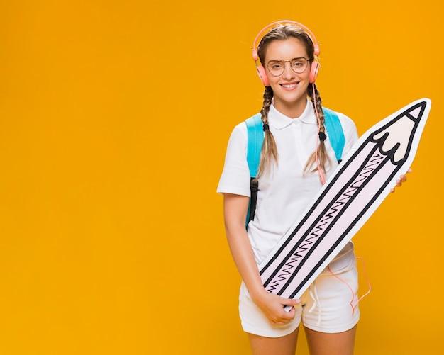 大きな鉛筆と女子高生の肖像画