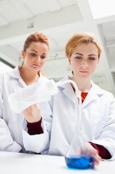 Портрет студентов-исследователей, выполняющих эксперимент
