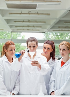 フラスコに液体を注ぐ科学学生の肖像