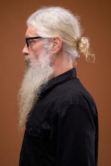 考えながらシニアのひげを生やした男の縦断ビューの肖像画