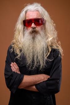 Портрет старшего бородатого мужчины в красных очках