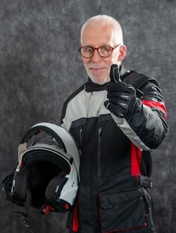 Портрет старшего байкера в белом шлеме делает ок
