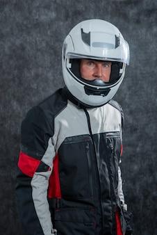 Портрет старшего байкера с белым шлемом