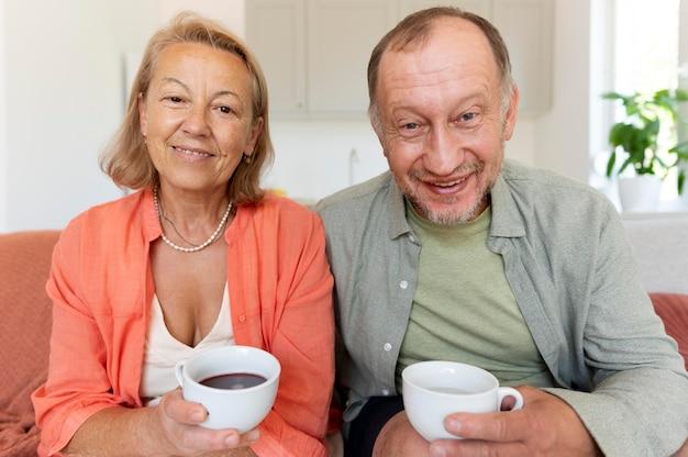 自宅で年配のカップルの肖像画