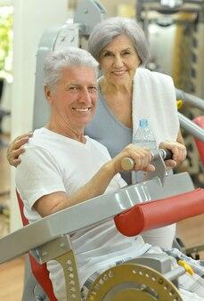 체육관에서 운동하는 수석 부부의 초상화