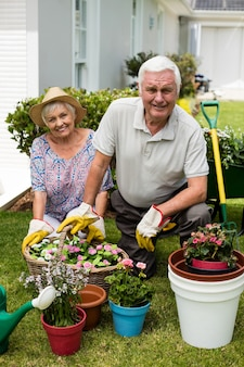 Портрет пожилой пары, садоводства вместе на заднем дворе