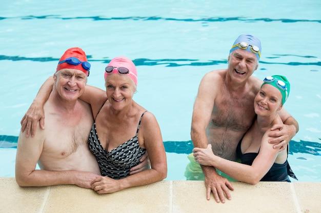 수영장에서 즐기는 노인 커플의 초상화