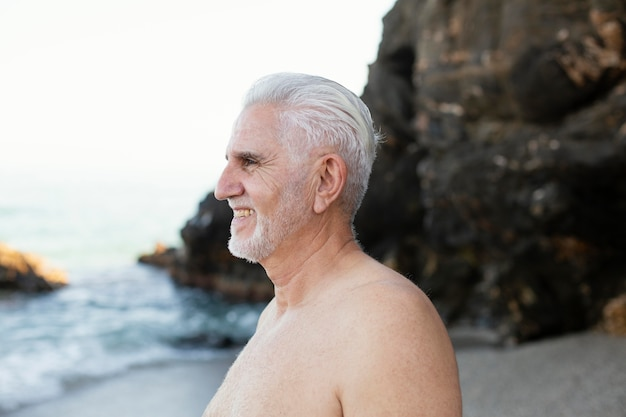 ビーチでのシニア白髪の男の肖像画