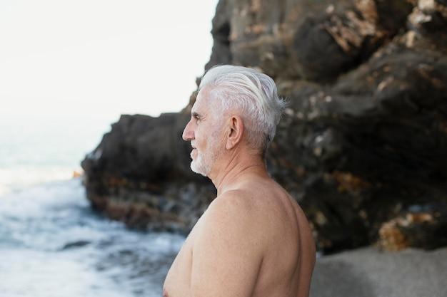 해변에서 수석 회색 머리 남자의 초상화
