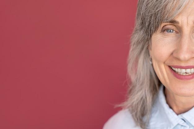 シニア白髪のスマイリー女性の肖像画