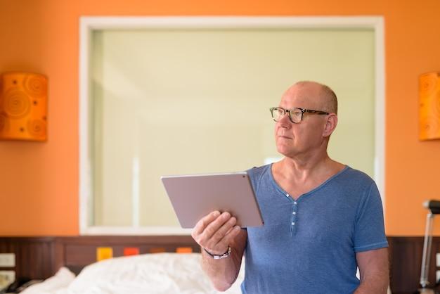 침실 안에 편안한 수석 잘 생긴 스칸디나비아 남자의 초상화