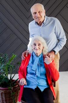 Портрет старшего мужчины и женщины позирует