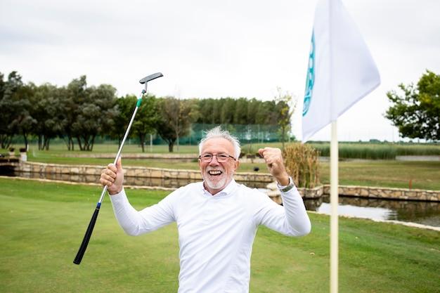 골프 코스에서 우승을 축하하고 야외에서 자유 시간을 즐기는 노인 초상화