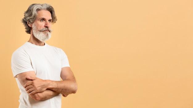 Портрет старшего человека, скрещивание рук с копией пространства