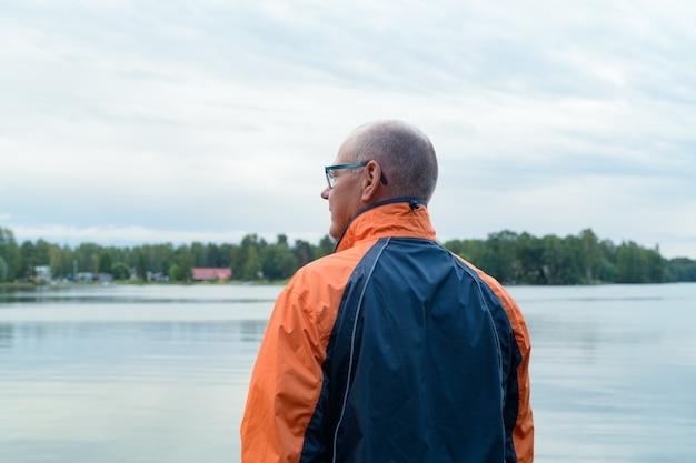호수의 평화로운보기에 수석 남자의 초상화