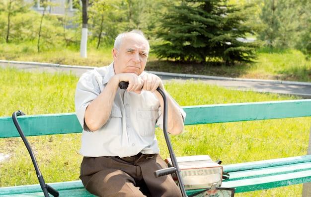 誰かを待っているベンチ公園に座っている年配の男性の肖像画