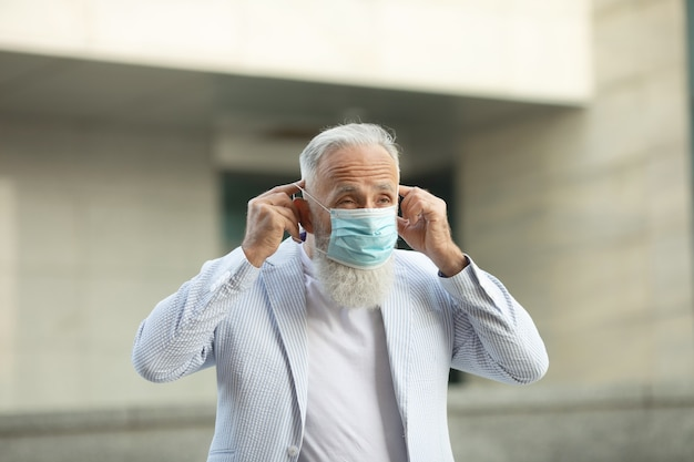 Портрет старшего мужчины в медицинской маске
