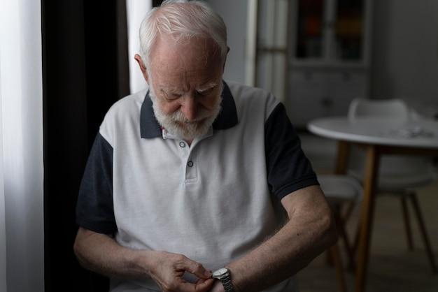 Портрет старшего мужчины с альцайхмером
