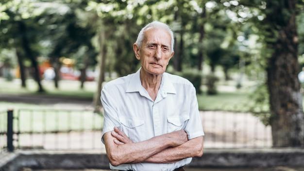 都市公園における屋外の白髪の年配の男性の肖像画