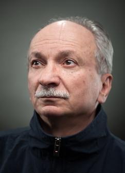 年配の男性の肖像画。