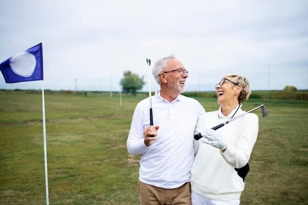 골프를 치며 은퇴를 즐기는 노인이나 골퍼의 초상화.
