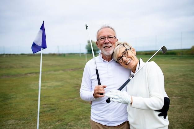 골프 코스에서 은퇴를 즐기는 노인이나 골퍼의 초상화.