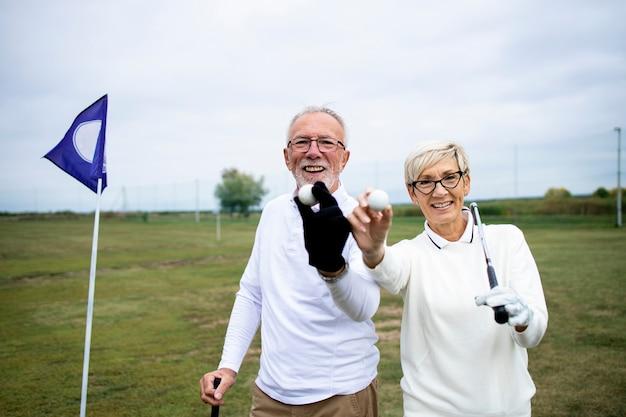 골프를 칠 준비가 된 골프공을 보여주는 노인이나 골퍼의 초상화.