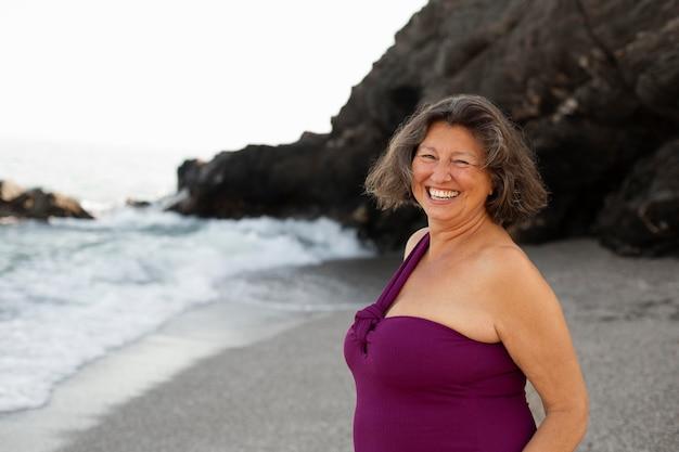 해변에서 수석 웃는 여자의 초상화