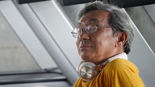 フィットネスジムで運動をしている眼鏡をかけた先輩の肖像画。