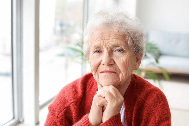 Портрет пожилой женщины дома