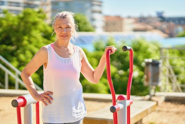 屋外でのスポーツのために運動する年配の女性のポートレート