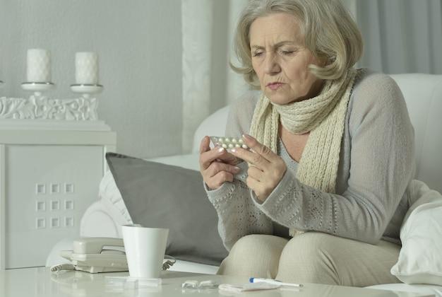 집에서 기분이 좋지 않은 노인 여성의 초상화