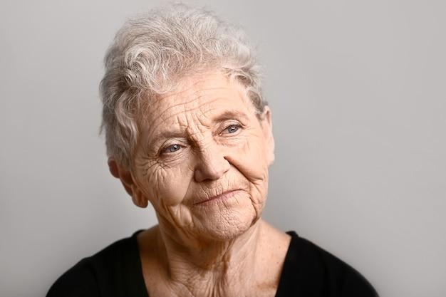 회색 배경에 수석 여자의 초상화