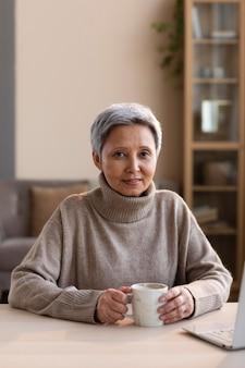 Портрет старшей женщины позирует