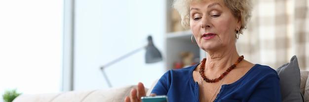 Портрет старшей женщины с помощью мобильного телефона. привлекательная пожилая женщина идет в ногу со временем