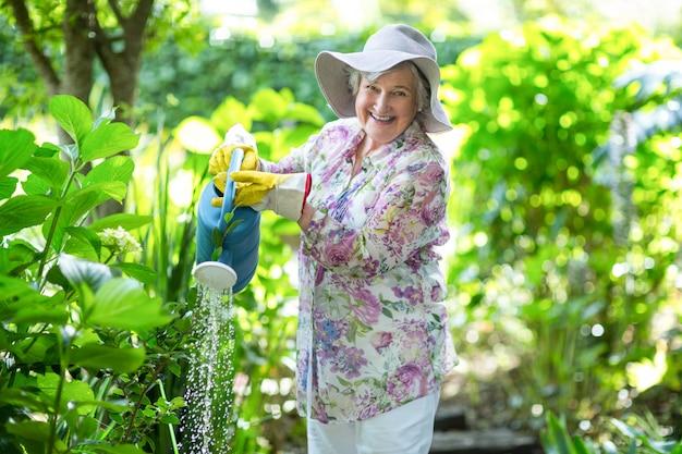 植物に水をまく年配の女性の肖像画