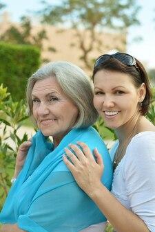 公園で娘と年配の女性の肖像画