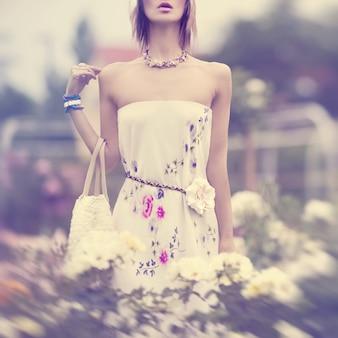 花の官能的な夏の女の子の肖像画