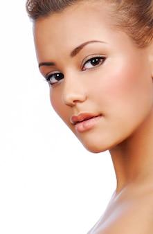 Портрет чувственности молодой красивой женщины с идеальным цветом лица