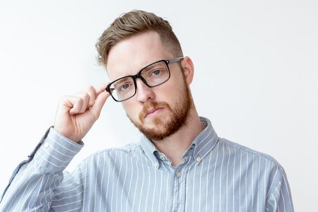 Портрет серьезного бизнесмена в очках