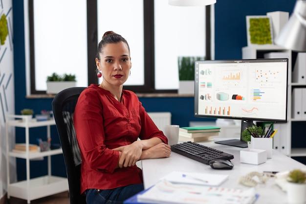 Портрет серьезного бизнес-руководства, улыбаясь, глядя в камеру