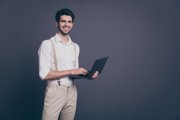 Портрет серьезного менеджера человека, работающего на своем компьютере, отправьте электронное письмо сотрудникам, одетым в красивую одежду copyspace.