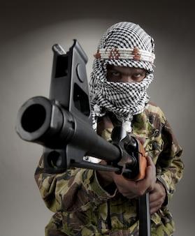 あなたを目指してak-47を持つ深刻な中東の男の肖像画