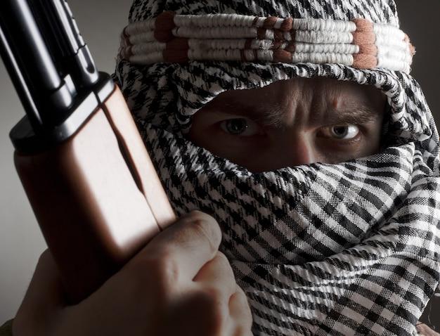 Ak-47と深刻な中東の男の肖像画