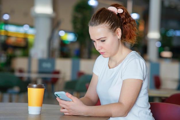 Портрет серьезной грустной разочарованной расстроенной девушки, молодой расстроенной разочарованной женщины, смотрящей на свою камеру