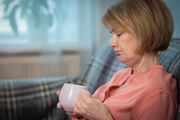 Портрет серьезной грустной расстроенной депрессивной задумчивой женщины, пожилой старший разочарован несчастным