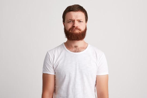 深刻な厳格なひげを生やした若い男の肖像画