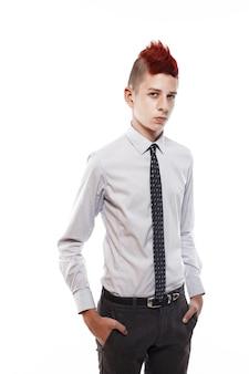 Портрет серьезного подростка с красным ирокезом в рубашке и галстуке