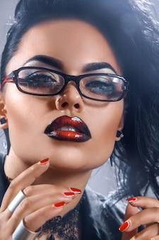 Портрет сексуальной брюнетки-учителя в очках