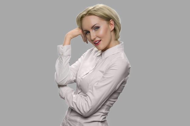 ピンクのシャツのセクシーなビジネス女性の肖像画。軽薄な表情でかなりセクシーな女性。人と官能の概念。